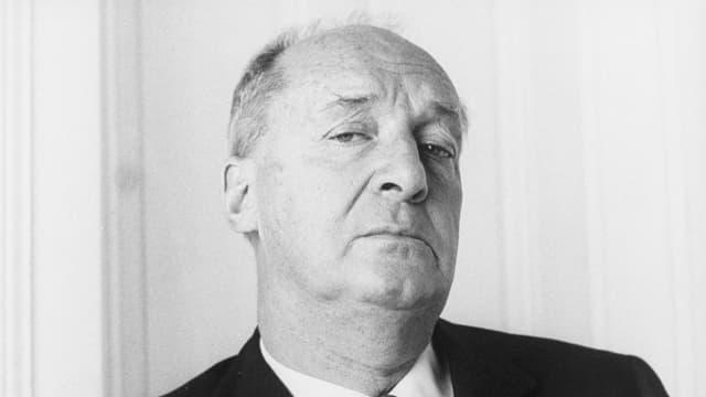 Etwas hochmütig bzw. fragend guckt Nabokov in die Kamera.