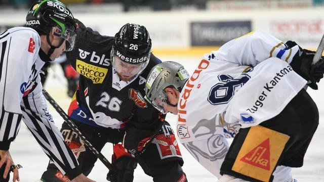 Dostoinov (Bern) und Marchon (Zug) beim Bully.