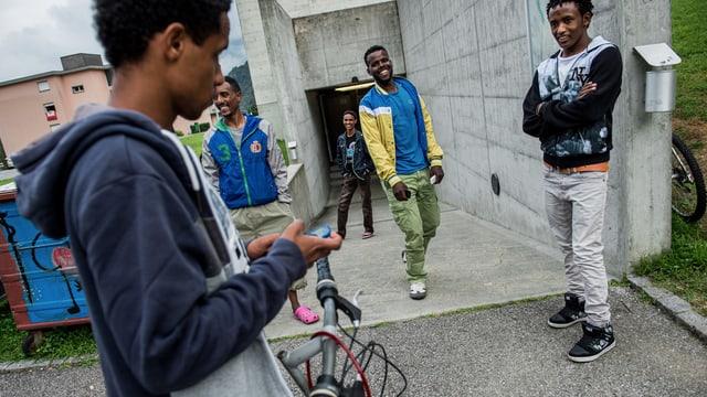 Junge Männer vor einer Zivilschutzanlage.