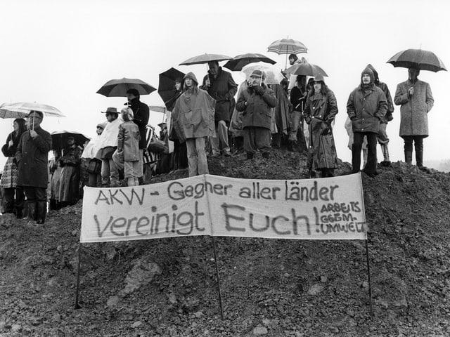 Mehrere hundert Leute der Gewaltfreien Aktion Kaiseraugst besetzen am 1. April 1975 das Baugelände des geplanten AKW Kaiseraugst (AG).