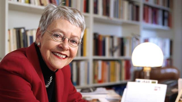 Die Publizistin Klara Obermülelr an ihrem Schreibtisch.