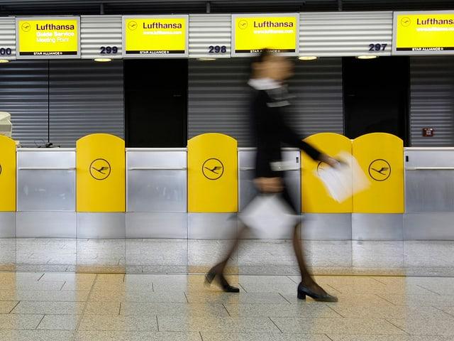 Ein Lufthansa-Angestellte allein auf weiter Flur.