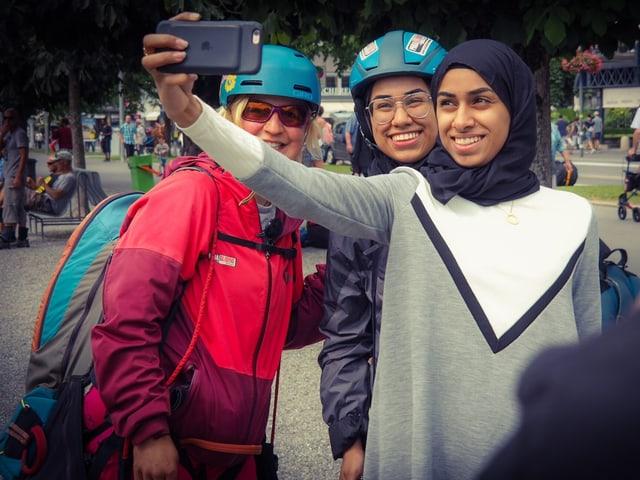 Drei Frauen, die mit einem Smartphone ein Selfie machen.