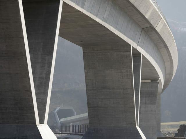 Il viaduct che maina en il tunnel da basa dal Ceneri.