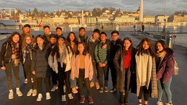 Auch das übliche Touristenfoto mit der Luzerner Hotelzeile im Hintergrund lässt die buthanesische Delegation nicht aus.
