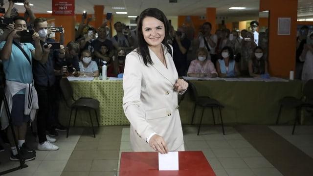 Frau bei Stimmabgaben.