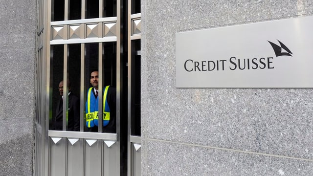 Firmenschild der Credit Suisse