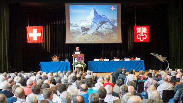 Ueli Maurer steht am Rednerpult an einer Gripen-Veranstaltung in Ennetbürgen im April.