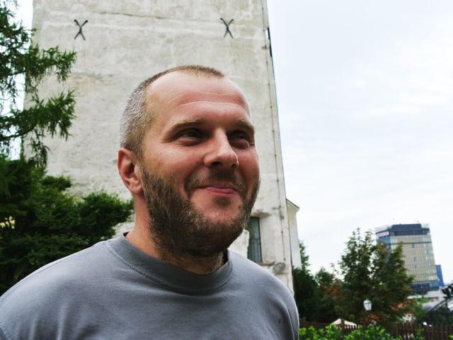 Alem Tutundžić vor dem Turm.