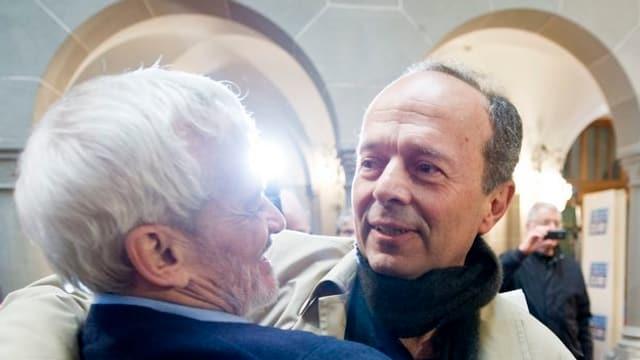 Der weisshaarige Niklaus Scherr umarmt Stadtrat Richard Wolff.