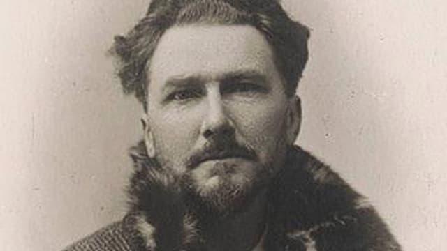 Passfoto von Ezra Pound in einem Wintermantel mit Pelzkragen.