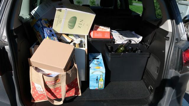 Ein mit Abfall gefüllter Kofferraum