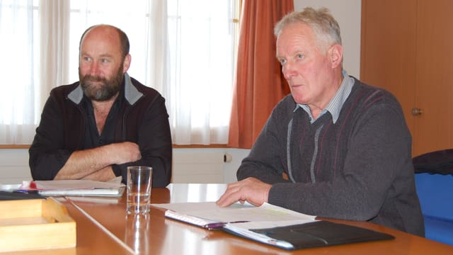 Zwei Männer am Tisch