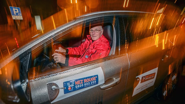 Fahrer in einem Auto, das mit Nez Rouge angeschrieben ist.