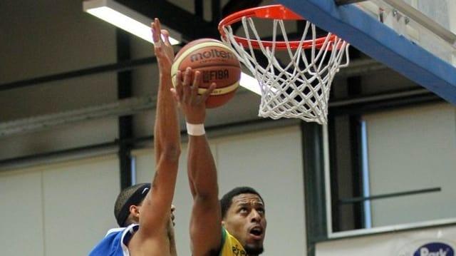 Basketballer-Hände setzen zum Treffer an
