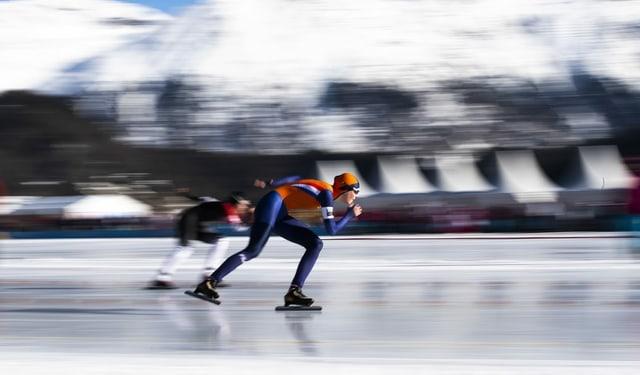15- bis 18-jährige Athletinnen und Athleten aus der ganzen Welt drehen Runden auf der 400 Meter langen Eisbahn.