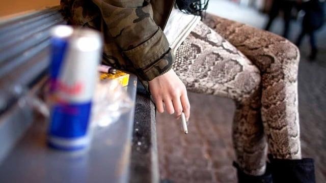 Eine junge Frau raucht.