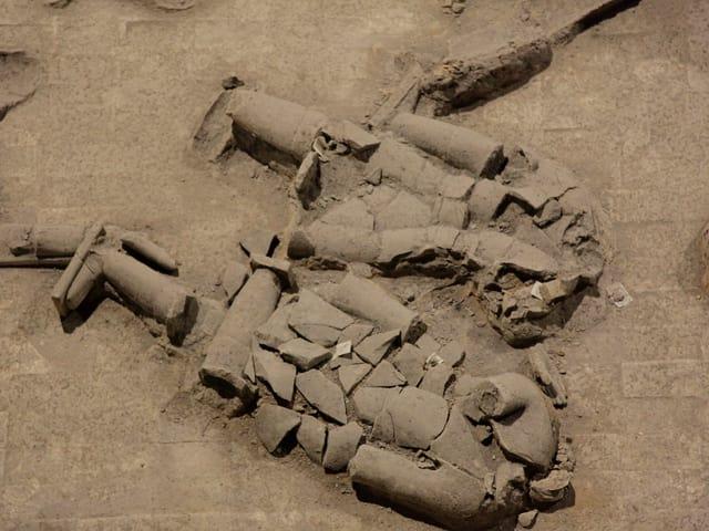Zerbrochene Figuren der Terrakottaarmee