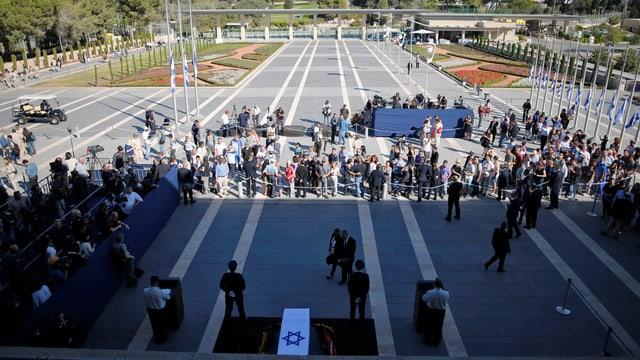 Der Platz vor dem israelischen Parlament füllt sich. Menschen drängen zu Peres' Sarg.