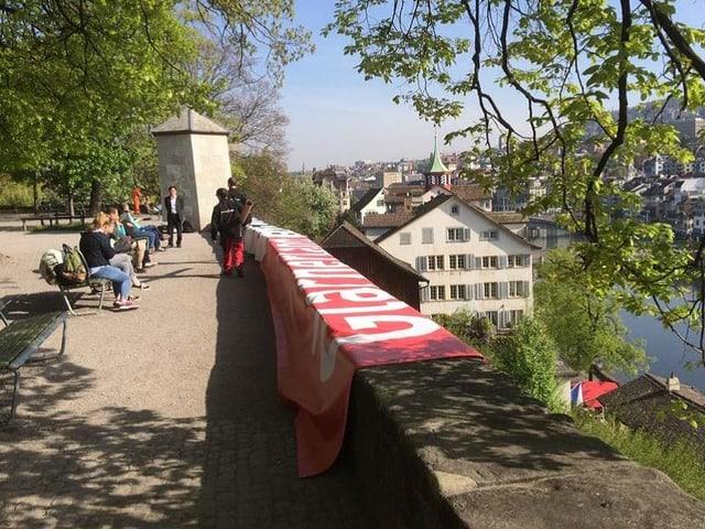 Arbeiter montieren die Blache des Kantons Glarus