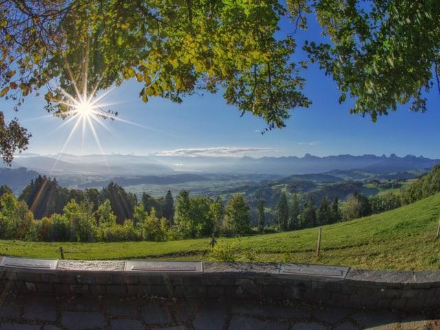 Bergpanorama mit Dunst in den Tälern und wolkenlosem Himmel