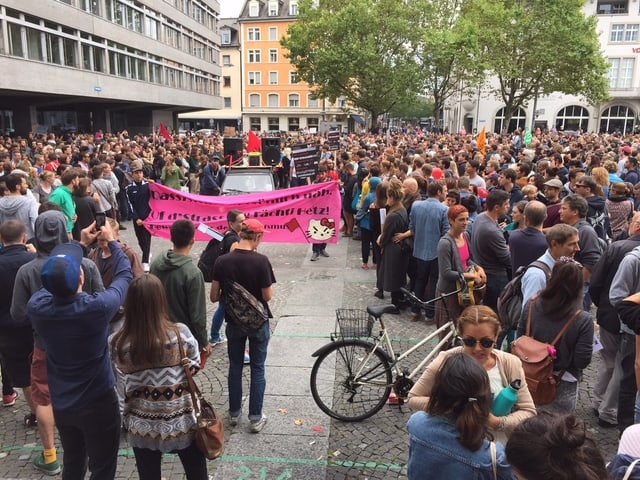 Demonstranten auf dem Helvetiaplatz in Zürich.