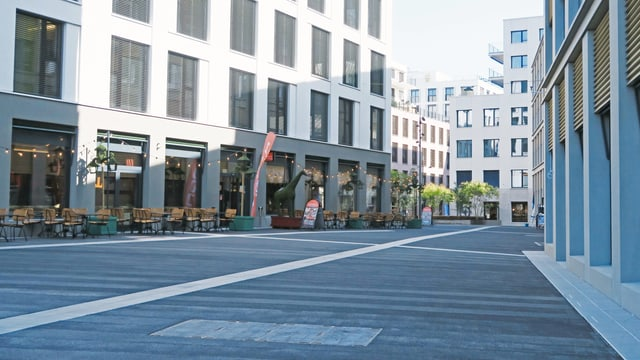 Restaurant an einem Platz in einer neuen Grossüberbauung mit verschiedenen Gebäuden.