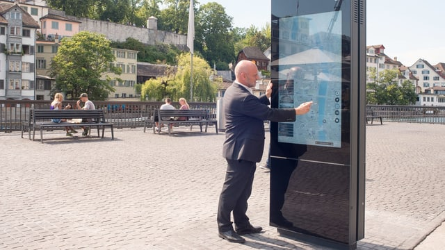 Mann am Touchscreen