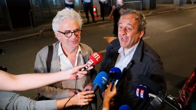 Michel Platini spricht in die Mikrofone der Journalisten