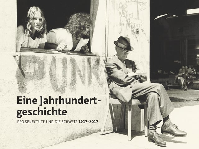 Auf dem Buchcover blicken zwei junge Menschen aus dem Fenster auf einen alten Mann, der auf einem Stuhl sitzt.