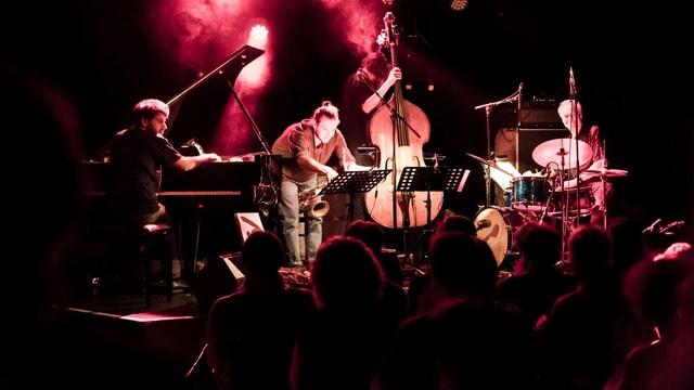 Eine Band mit Klavier, Saxophon, Bass und Schlagzeug.