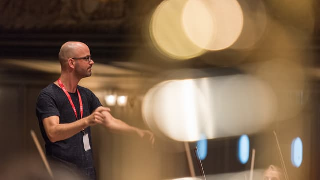 Marco Castellini gibt an einer Probe in der Tonhalle Zürich Anweisungen