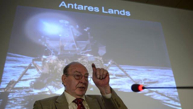 Edgar Mitchell redet an einem Vortrag in Genf