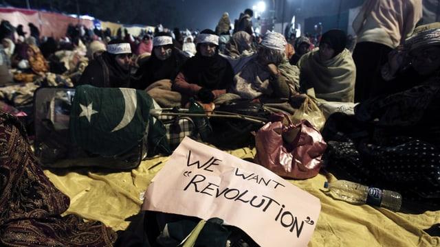 "Demonstranten mit dem Plakat: ""We want Revolution""."