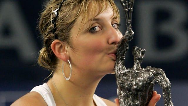 Timea Bacsinszky küsst die Trophäe.