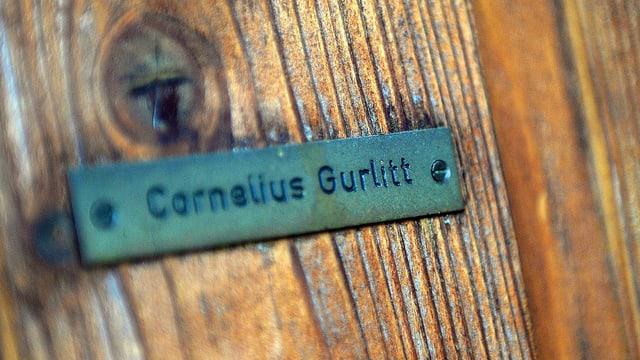 Grünes Namensschild auf Holz. Darauf steht: Cornelius Gurlitt