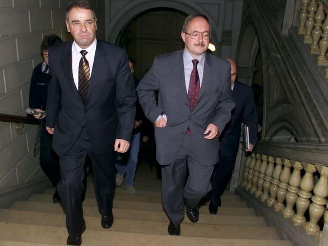 Bundesräte Adolf Ogi und Samuel Schmid gehen eine Treppe hoch.