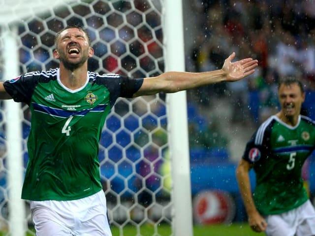 Gareth McAuley da l'Irlanda dal Nord suenter ses culp tar il 1:0.