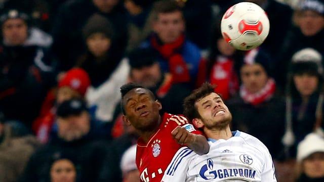 Tranquillo Barnetta im Zweikampf mit Bayern-Doppeltorschütze David Alaba.