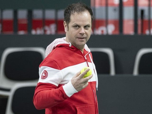 Severin Lüthi hat einen Ball in der Hand.