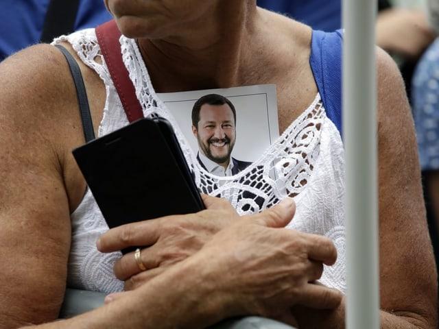 Eine Frau hat Salvinis Porträt in ihr Decolté gesteckt.