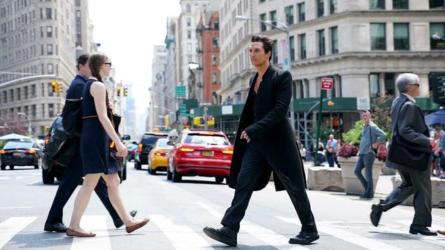 Ein Mann läuft auf der Strasse