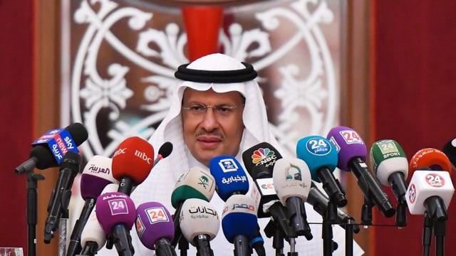 Energieminister Prinz Abdulasis bin Salman spricht vor den Medien