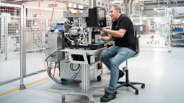 Mann montiert Kaffemaschine.
