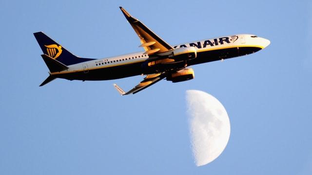 Ryanair-Flugzeug fliegt vor dem Mond durch.