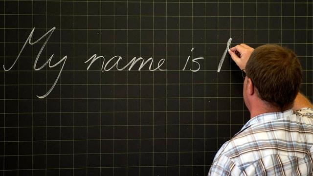 In scolast scriva vid la tabla.