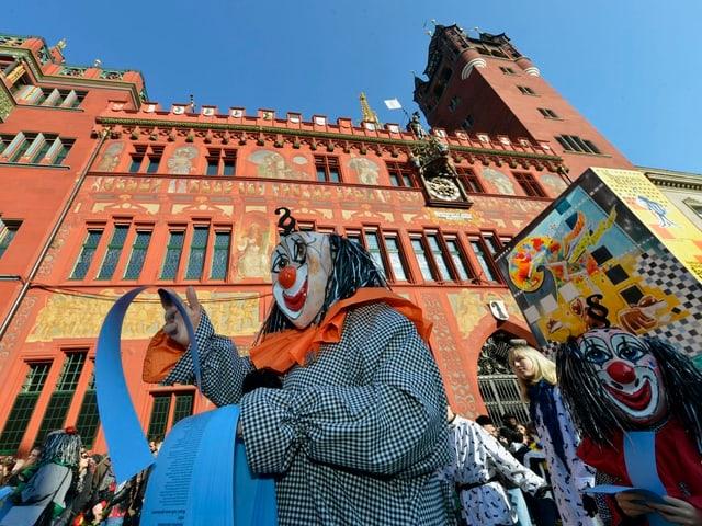 Fasnachts-Clique vor dem Basler Rathaus.