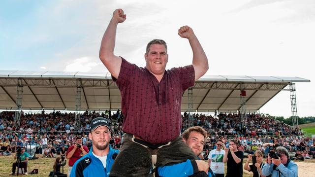 Christian Strucki gewinnt das Mittelländische Schwingfest in Richigen vor vollen Rängen gegen Bernhard Kämpf.