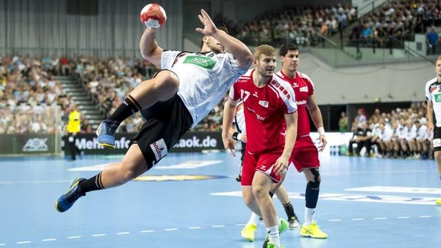 Deutschlands Jannick Kohlbacher mit einem Abschlussversuch gegen die Schweiz.