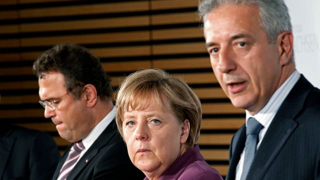 Stanislaw Tillich mit Angela Merkel und Innenminister Hans-Peter Friedrich